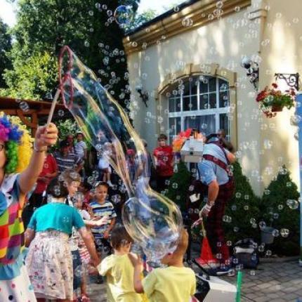 pokaz baniek mydlanych, duże bańki mydlane, ogromne bańki mydlane, bańki mydlane na wesele