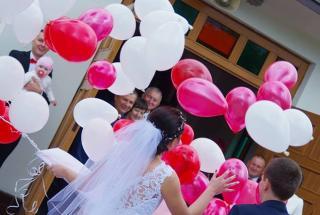 puszczanie balonów z helem na weselu, wypuszczanie balonów z helem, pudło z balonami na ślub